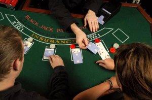 Vier blackjackhanden die de meeste mensen verkeerd spelen
