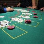 Blackjackdealer beschuldigd van valsspelen met gokkers